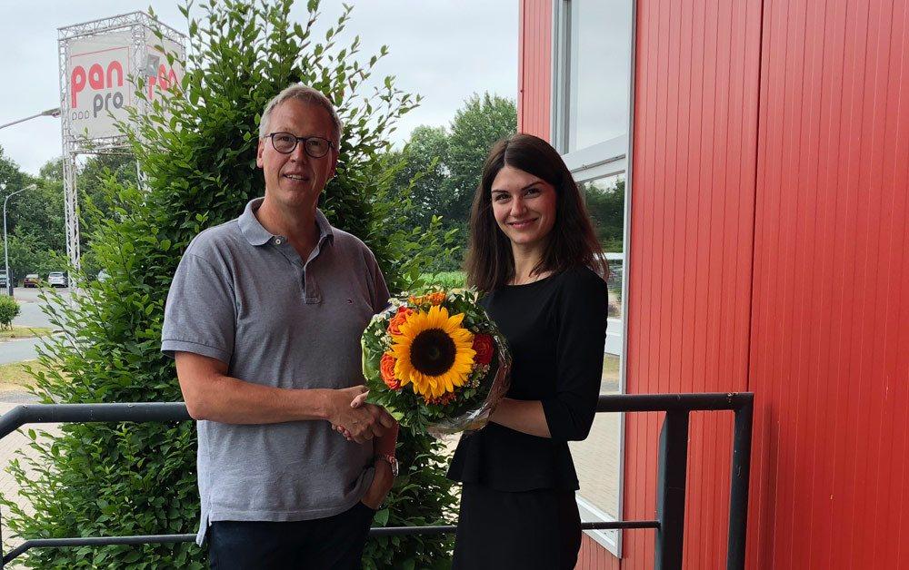 Klaus Hünteler begrüßt neue Assistenz der Geschäftsführung Jennifer Hoffmann